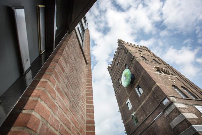 Aan de watertoren in Den Bosch hangt sinds kort een installatie van Oog Den Bosch.