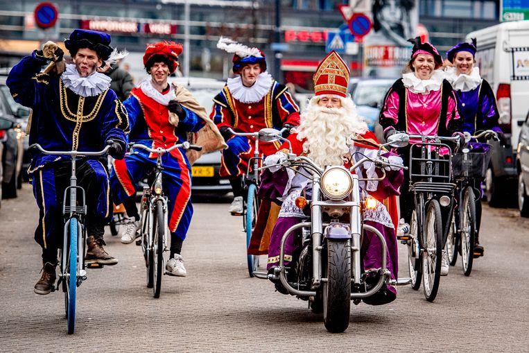 Sinterklaas en roetveegpieten tijdens de intocht in Rotterdam in 2018. Beeld Hollandse Hoogte / Robin Utrecht