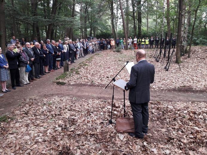 Gijs de Waal, zoon van de laatste gijzelaar die nog in leven is, spreekt op de fusilladeplaats namens de Stichting Gijzelaars Beekvliet en Haaren de aanwezigen toe.