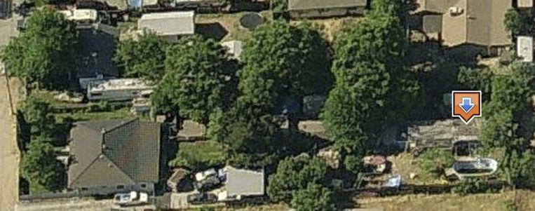 De pijl duidt de woning van het duivelskoppel aan, waar hun slachtoffer in de tuin gevangen gehouden werd.