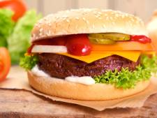 Nieuwe hamburgerzaak in Dordt geopend: 'Grootste burger is vier keer zo groot als die van McDonald's'