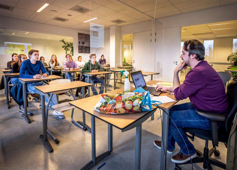 Docent Engels Maarten Dijkhuizen geeft les aan de vwo-examenklas van het Gerrit Rietveld College in Utrecht.  Beeld Raymond Rutting / de Volkskrant