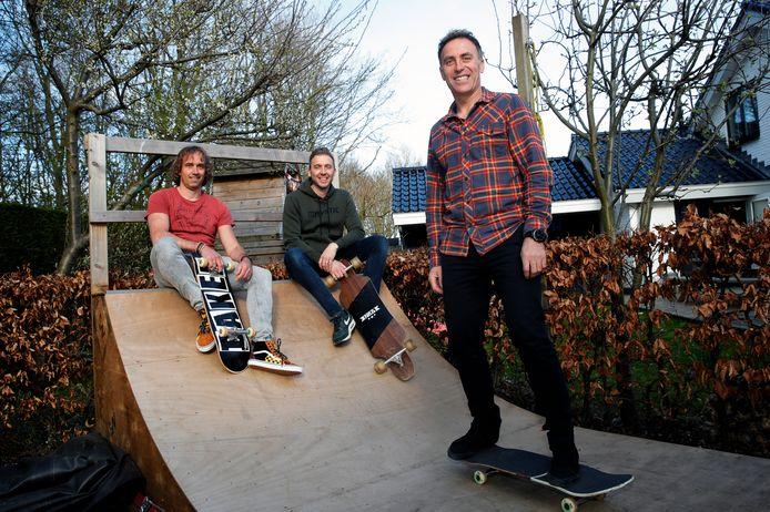 Robert Goedendorp, Jeroen van der Vliet en Sander Warmerdam (staand op een skateboard op de halfpipe in zijn eigen achtertuin). Ze zijn de initiatiefnemers van een sportpark in Rozenburg.