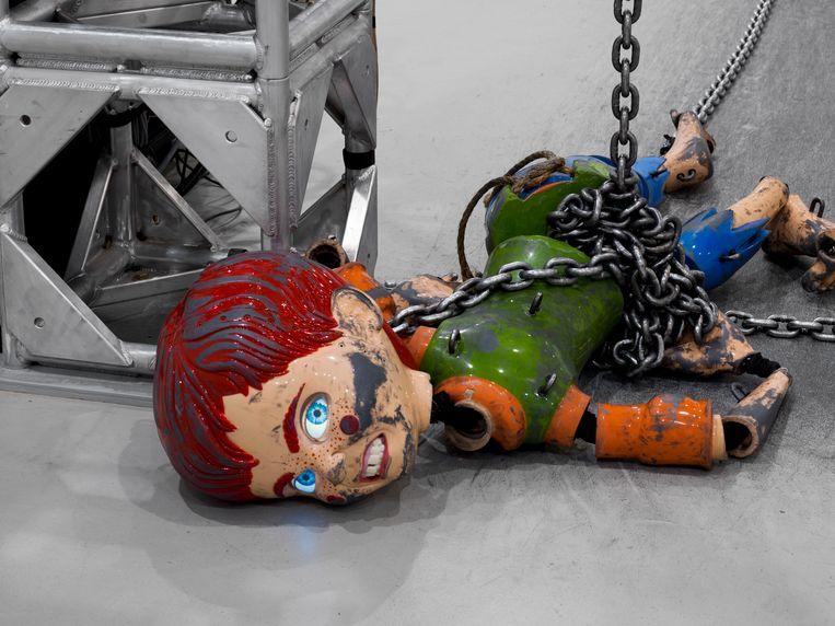 Coloured Sculpture, sierlijk en heftig tegelijk, een pervers ballet met als protagonist slechterik en slachtoffer in één.  Beeld rv