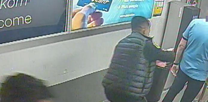 Twee daders rukken de horloges van de armen van twee slachtoffers.