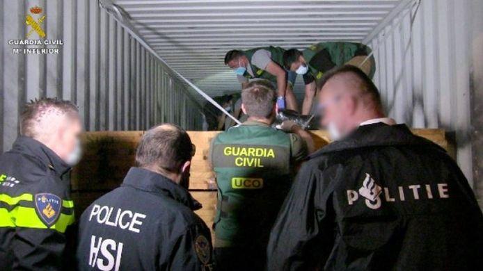 Spaanse, Nederlandse en Amerikaanse speurders in actie bij de onderschepping van de cocaïne in de haven van Valencia.