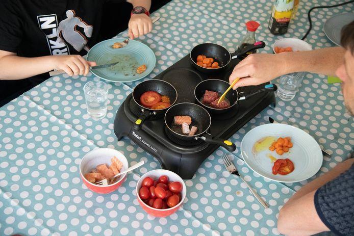 Er zijn maar weinig mensen die zich afvragen wat er gebeurt als ze gezellig met het gezin gaan gourmetten.