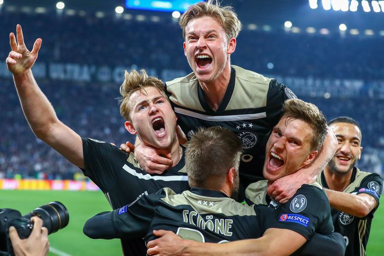 De Ligt, De Jong, Schöne, Veltman en Ziyech aan het feest na de kopbalgoal van die eerste. Beeld Photo News