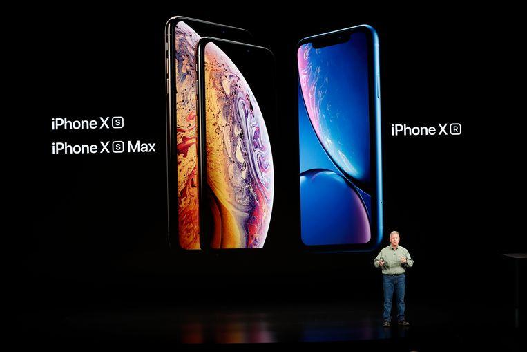 De iPhone XR (rechts op het scherm) tijdens de productpresentatie van Apple. Beeld REUTERS