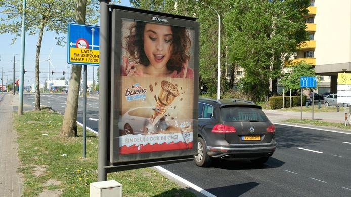 Aan de Groenendaallaan, vlakbij de Antwerpse wijk Luchtbal, staat het LEZ-verkeersbord zelfs verstopt achter een reclamepaneel.