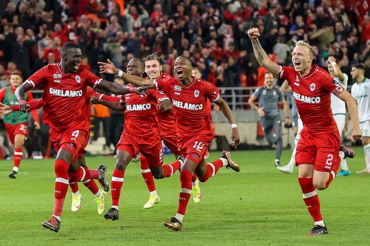 De vreugde was groot  bij Antwerp na de kwalificatie voor de Europa League. Beeld Photo News