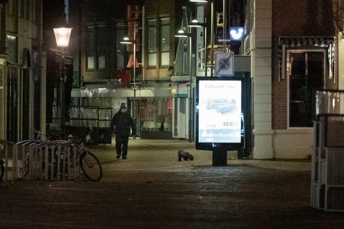De eerste avondklok sinds WO2 in het centrum van Naaldwijk. Een eenzame hondenuitlater