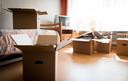 Verhuisdozen in een kamer
