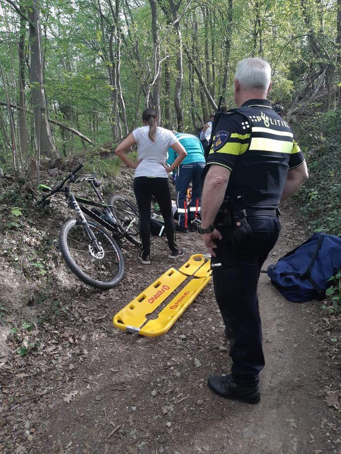 Politie Heuvelland schoot de mountainbiker te hulp.
