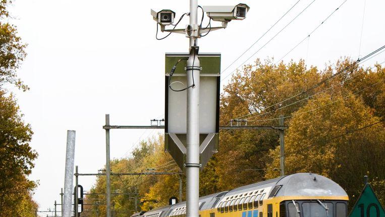 Cameratoezicht bij een spoorwegovergang in Santpoort. Beeld null