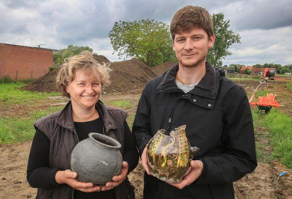 Archeologen Sofie Vanhoutte en Jan Decorte met enkele mooie vondsten die werden bovengehaald op de site van de leprozerie.