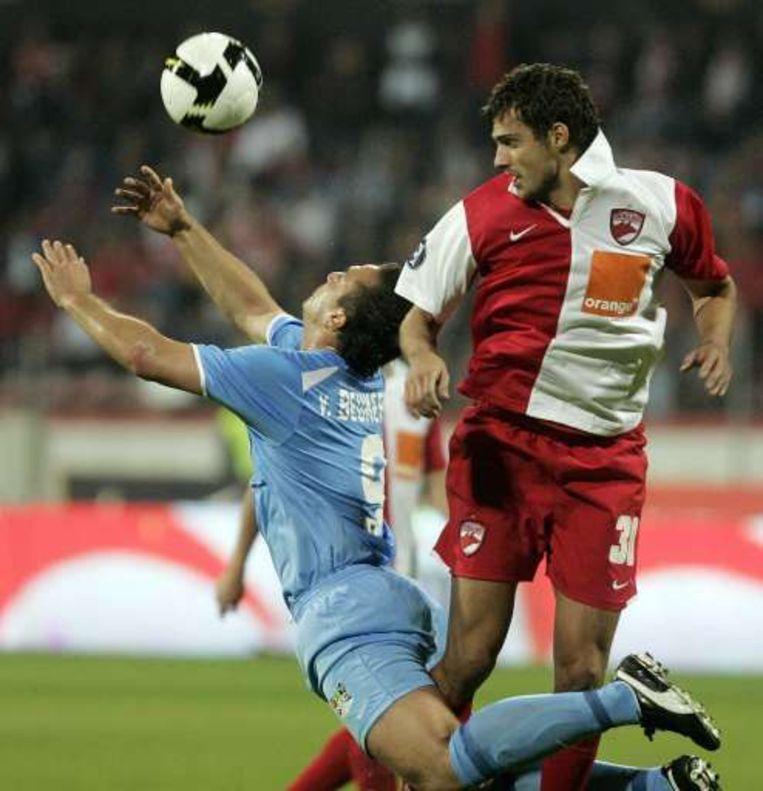Tamas in duel met Van Beukering, die de enige goal tussen de twee scoorde. Beeld UNKNOWN