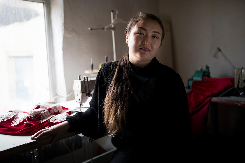 Dina Nurdybai vluchtte na haar vrijlating naar Kazachstan, waar zij een textielatelier is begonnen.  Beeld Ekaterina Anchevskaya