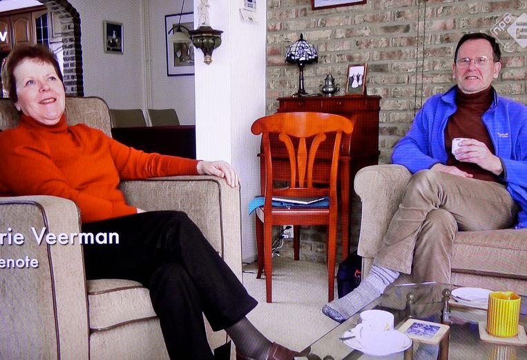 Marrie en Frits Veerman in de woonkamer. Uit de docu 'In de ban van de bom' van Frans Bromet. Beeld KRONCRV/2Doc