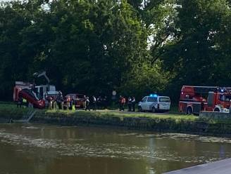 Automobiliste belandt in kanaal, horeca-uitbater en klant springen water in om drenkeling te redden