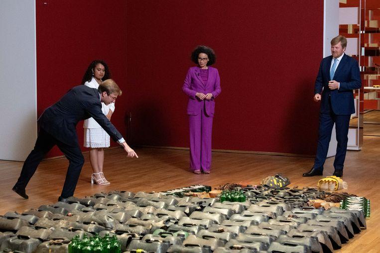 Taco Dibbits leidt met Yosina Roemajauw, een van de vertellers in de audiotour, en hoofd geschiedenis Valika Smeulders koning Willem-Alexander rond door de tentoonstelling (vlnr).  Beeld Brunopress
