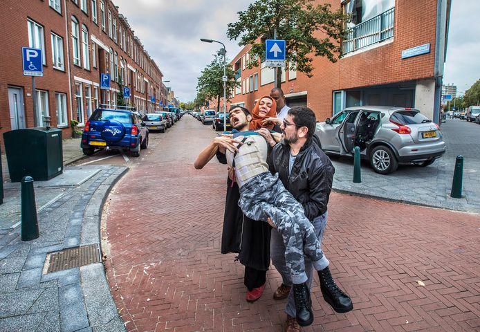 Abdullah Aydin is zwaar gehandicapt. Zijn vader Adnan en moeder Beyhan zien zich genoodzaakt hem grote stukken over straat te tillen omdat ze geen invalidenparkeerplek krijgen. Elders in de stad, zoals hier in de Schilderswijk, zijn er straten waar bijna alle bewoners (ook de wat mobielere) een invalidenparkeerplek hebben.