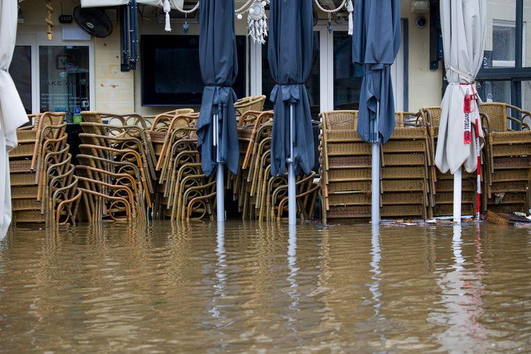 Een ondergelopen winkelstraat in het centrum van Valkenburg aan de Geul door de wateroverlast in Zuid-Limburg.  Beeld Arie Kievit