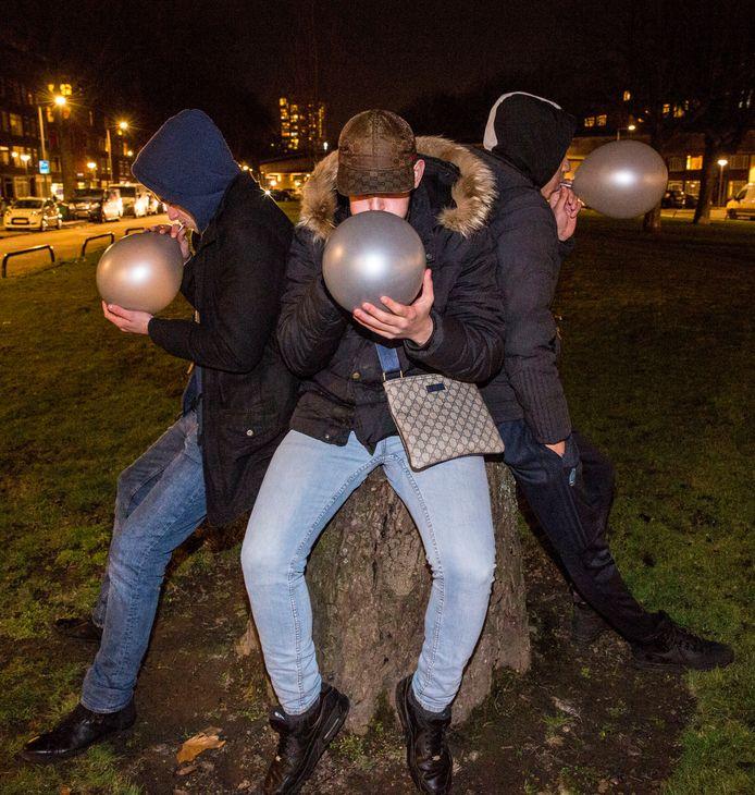 Het bezit van lachgas moet in het Rotterdamse centrum verboden worden, vindt de gebiedscommissie.