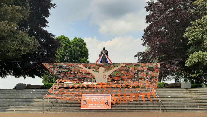 Het Schaepmanmonument bij Tubbergen is versierd in de aanloop naar het EK-voetbal.