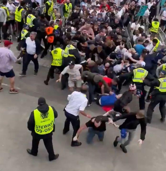 Des supporters sans tickets tentent de forcer l'entrée de Wembley: l'une des images fortes de l'avant-finale de l'Euro.