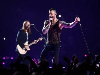 Adam Levine vastgegrepen op podium door opdringerige fan, en daar kon hij niet mee lachen