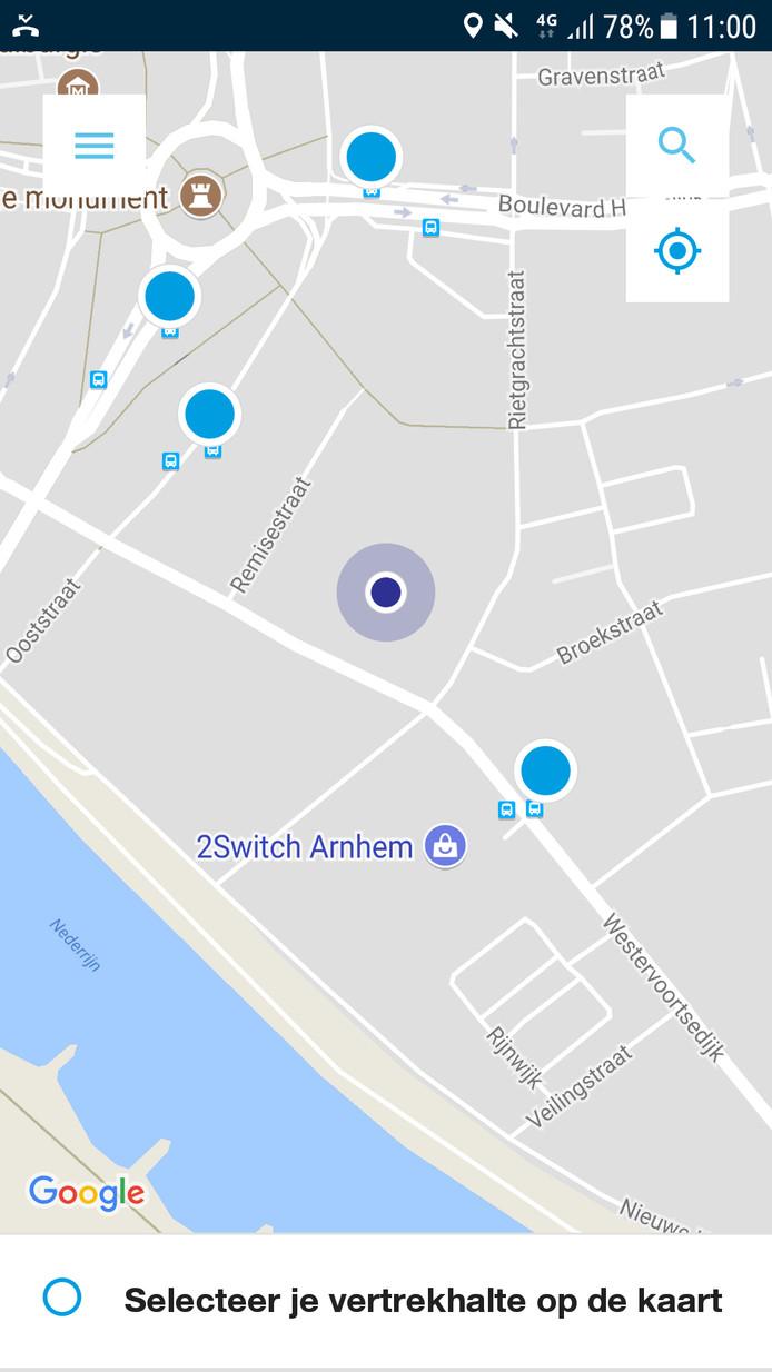 Reizigers zien waar ze zich bevinden (paarse stip) en waar haltes zijn (blauwe stippen).