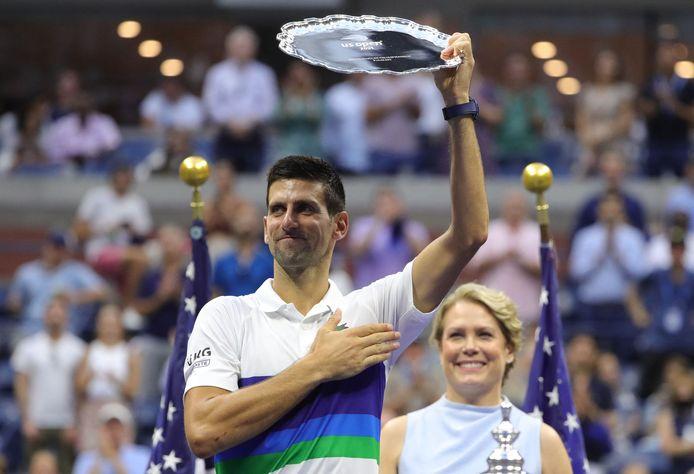 Novak Djokovic houdt zijn zilveren schaal omhoog.