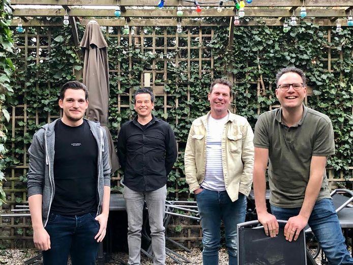De horeca in Doesburg biedt tweede paasdag een gratis wandeling aan door de binnenstad. De mensen krijgen iets lekkers mee voor onderweg. Met van links naar rechts  Yorick Althoff, Jurgen Nijland, Ruud Wijlhuizen en Joost Smeltink.