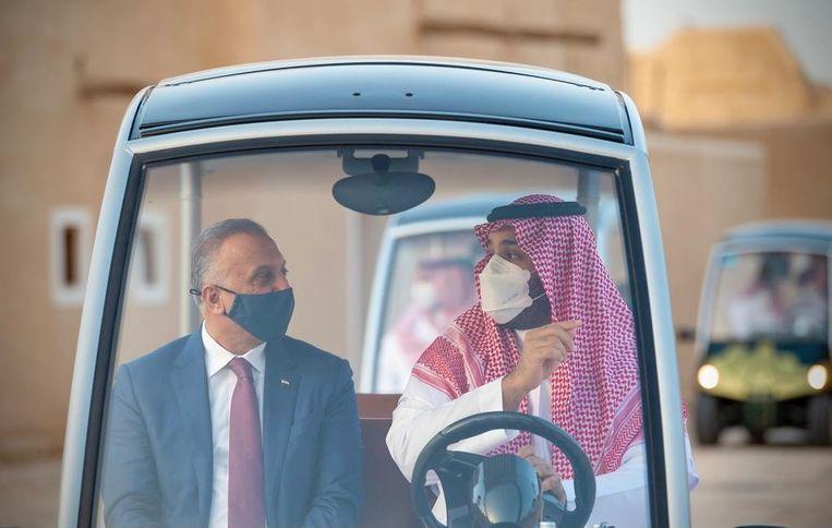 De Iraakse premier Mustafa al-Kadhimi (l) zou de gesprekken tussen Iran en Saudi-Arabië bemiddelen. Vorige maand was hij nog op bezoek bij Mohammed bin Salman (r), de kroonprins van Saudi-Arabië.  Beeld Via Reuters