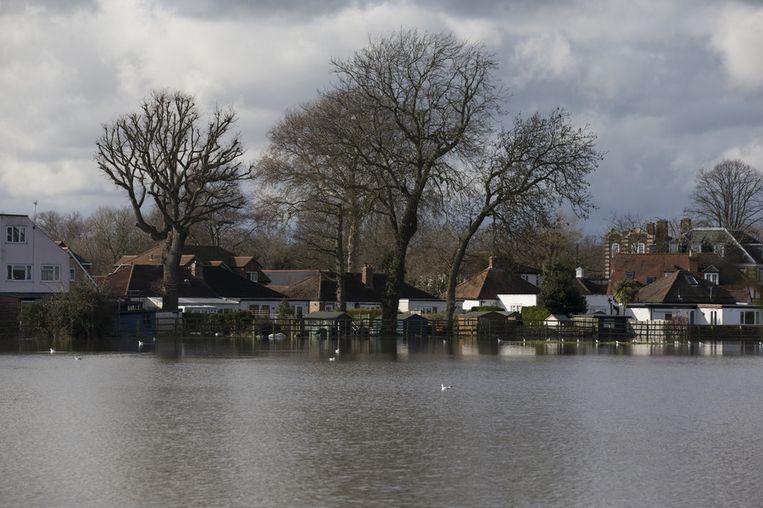 Overstromingen in Walton-on-Thames. <br /><br />De Engelse overheid waarschuwt voor ernstig overstromingsgevaar in 14 plaatsen langs de de rivier de Theems. Duizenden huishoudens moeten zich daar op voorbereiden. Sinds december zijn al zo'n 8000 woningen getroffen door het hoge water.<br /><br />Ondanks alle maatregelen is vanmiddag het dorp Datchet ook ondergelopen.<br /><br />Na twee maanden van recordneerslag voorspellen meteorologen nog zeker tot en met donderdag iedere dag regen. Vooral de graafschappen Berkshire en Surrey zullen vermoedelijk met wateroverlast te maken krijgen. <br /><br />De Britten worstelen met het natste weer sinds 1766. Het water in de rivier stond in tientallen jaren niet zo hoog en stijgt nog steeds. Beeld getty