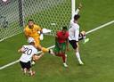 Robin Gosens kopt raak tegen Portugal.