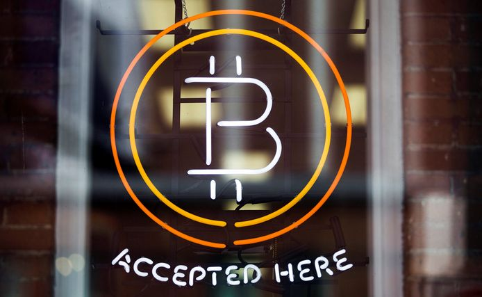 Het Bitcoin-teken in een winkelraam in Toronto.