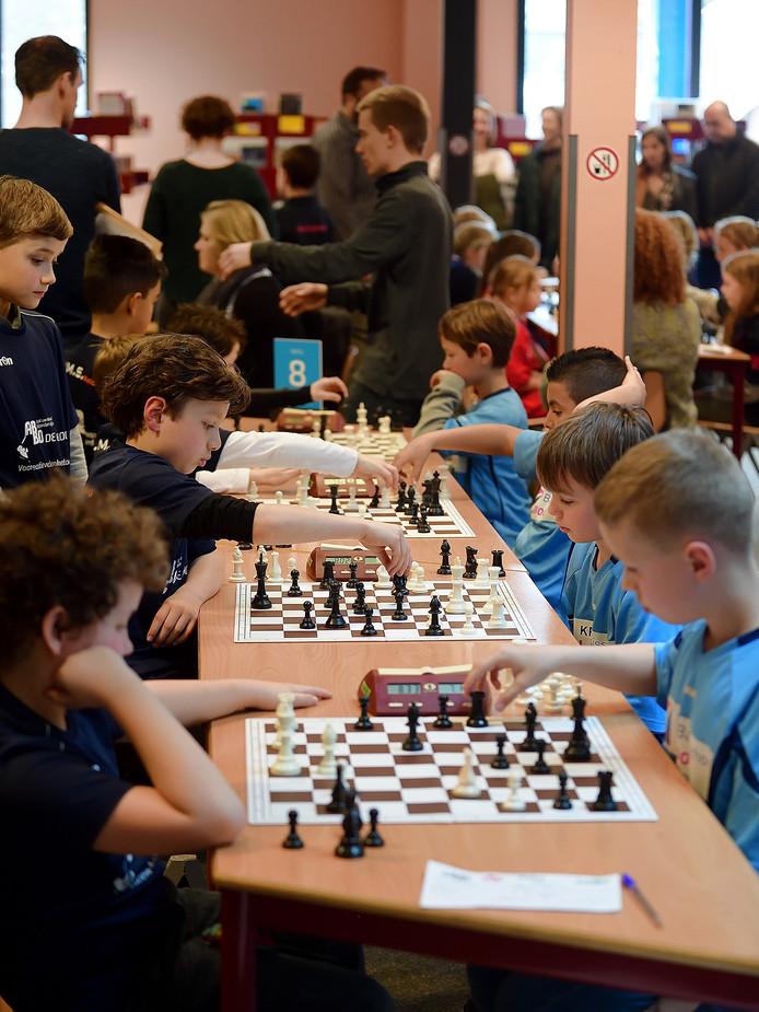 Districtskampioenschap schaken op 't Rijks voor basisschoolteams.
