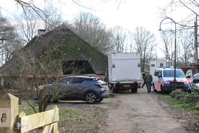 De politie is bezig met het oprollen van een hennepkwekerij aan de Reefhuisweg in Hellendoorn.