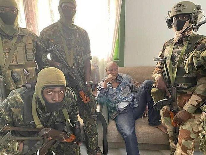 President Alpha Conde wordt gevangen genomen door militairen.