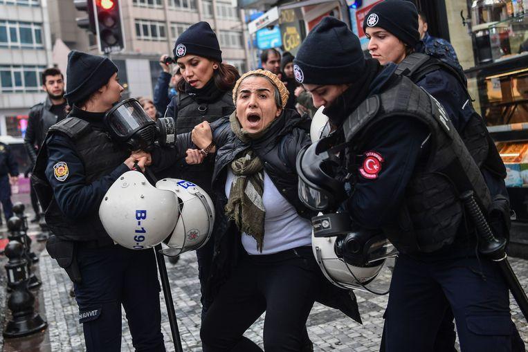 De oproep om te protesteren werd in verschillende steden beantwoord. Een vrouw in Istanboel werd samen met verschillende anderen opgepakt tijdens zo'n demonstratie tegen de Turkse operatie.