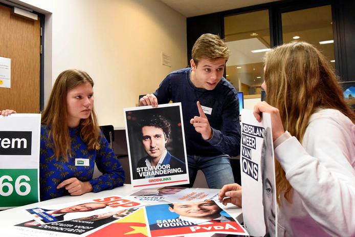 Timo Quak, Kim Groenendijk en Kimberley Uiterboogaard van het Minkema College debateren.