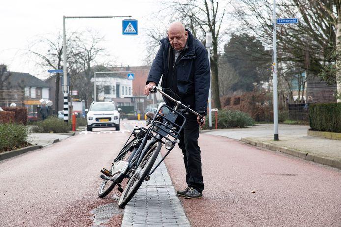 Stef de Grood is met de fiets hard gevallen in de Laauwikstraat in Lent. De Grood wilde fietsers inhalen en bij het passeren van de verhoogde rijbaanscheiding ging het mis. Het voorwiel bleef achter de hoge rand steken. De toplaag van het rode asfalt van de fieststraat is door met name vracht- en busverkeer danig beschadigd geraakt.