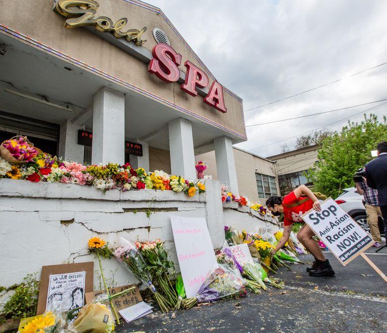 Bloemen voor de massagesalon waar een van de aanslagen was. Beeld EPA