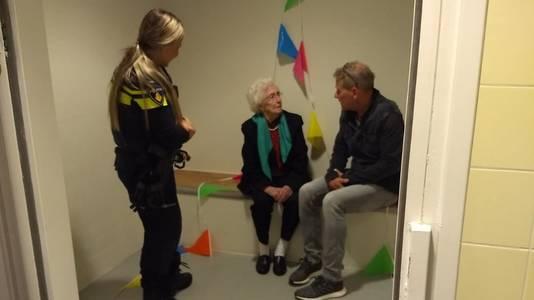 Mia Hermans krijgt uitleg in de versierde politiecel in Winterswijk