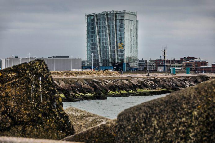 Het nieuwe hotel op het noordelijk havenhoofd.
