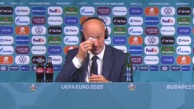 """Italiaanse bondscoach van Hongarije pinkt traantje weg na gelijkspel tegen Frankrijk: """"Dit is een speciale dag"""""""