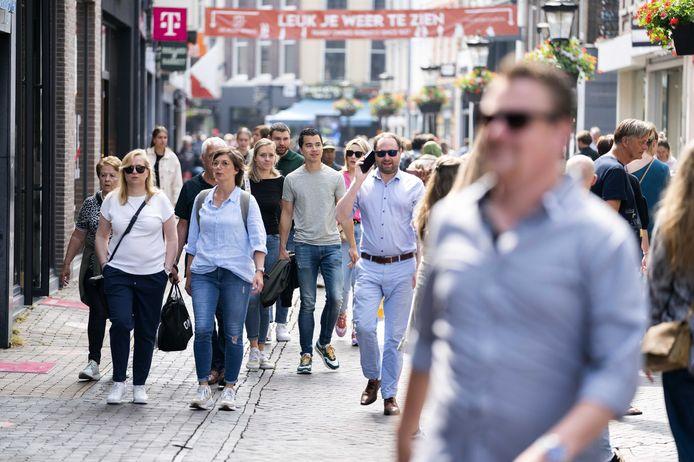 Winkelend publiek zonder mondkapje in het centrum van de stad