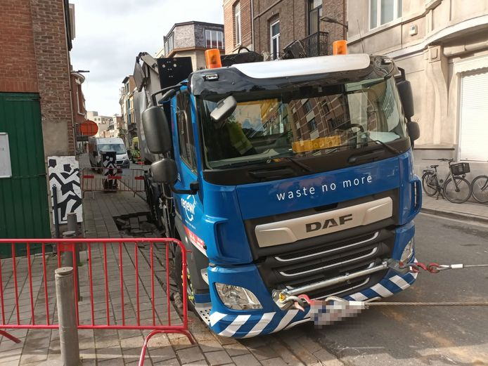 De vrachtwagen zakte langs een kant weg op een deel van het voetpad waar Waterlink niet lang voordien werken had uitgevoerd.